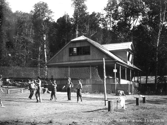 Игра в волейбол на турбазе «Кавказ» в Гузерипле. 1930 г.