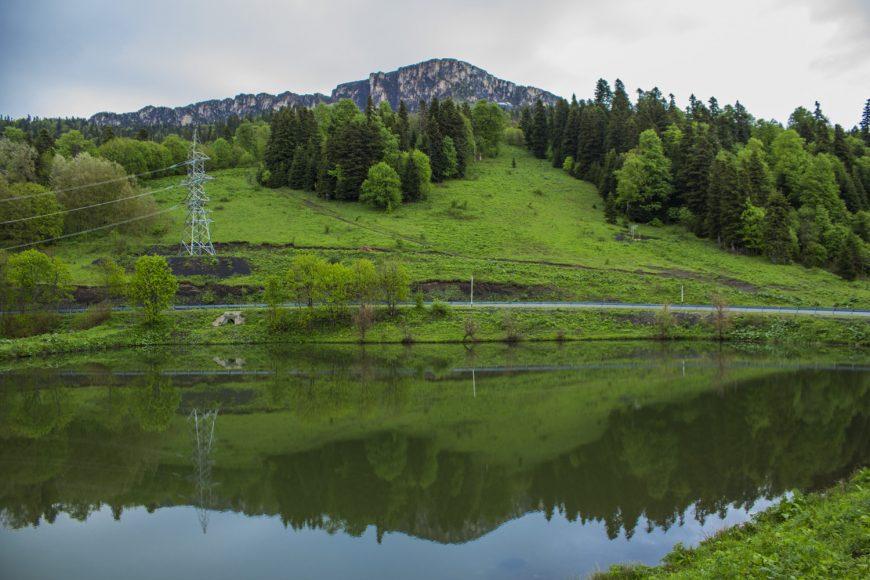 Озеро у приюта «Партизанская Поляна». Скала Нагой-Кош